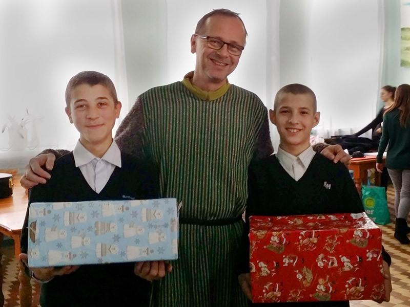 Zwei Jungs aus dem Kinderheim in Congaz freuen sich über ihre Päckchen