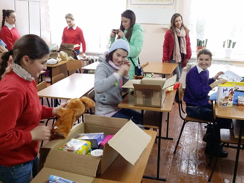 Die Kinder im Kinderheim in Congaz packen ihre Päckchen aus