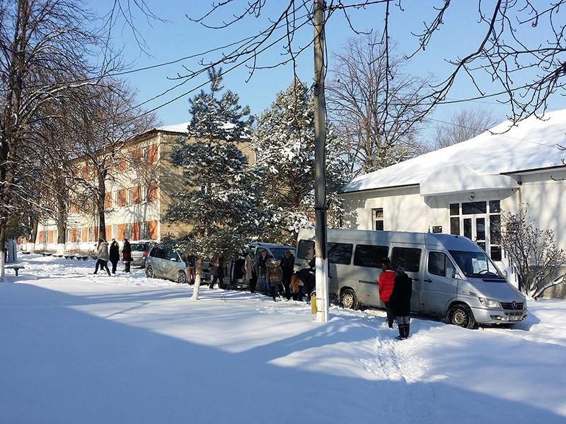 Ankunft mit den Fahrzeugen zum Päckchenverteilen bei Waisenkindern in Străşeni